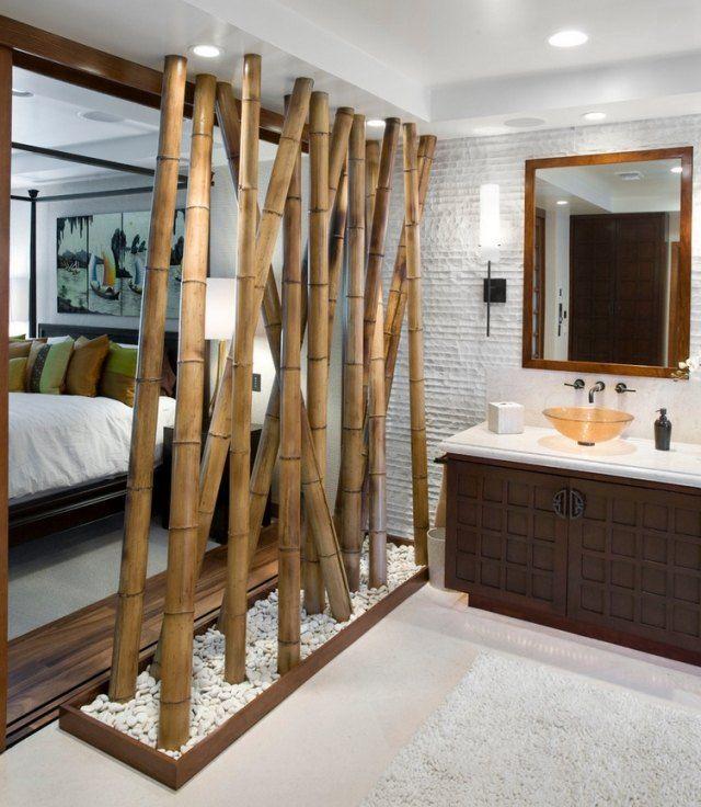 Bambusstäbe als Trennwand-en-suite Schlafzimmer mit Wellness ...