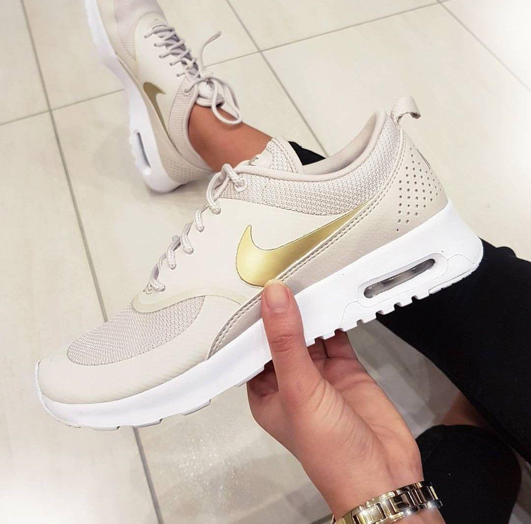 Nike Air Max Thea in beigegoldfarbend Foto