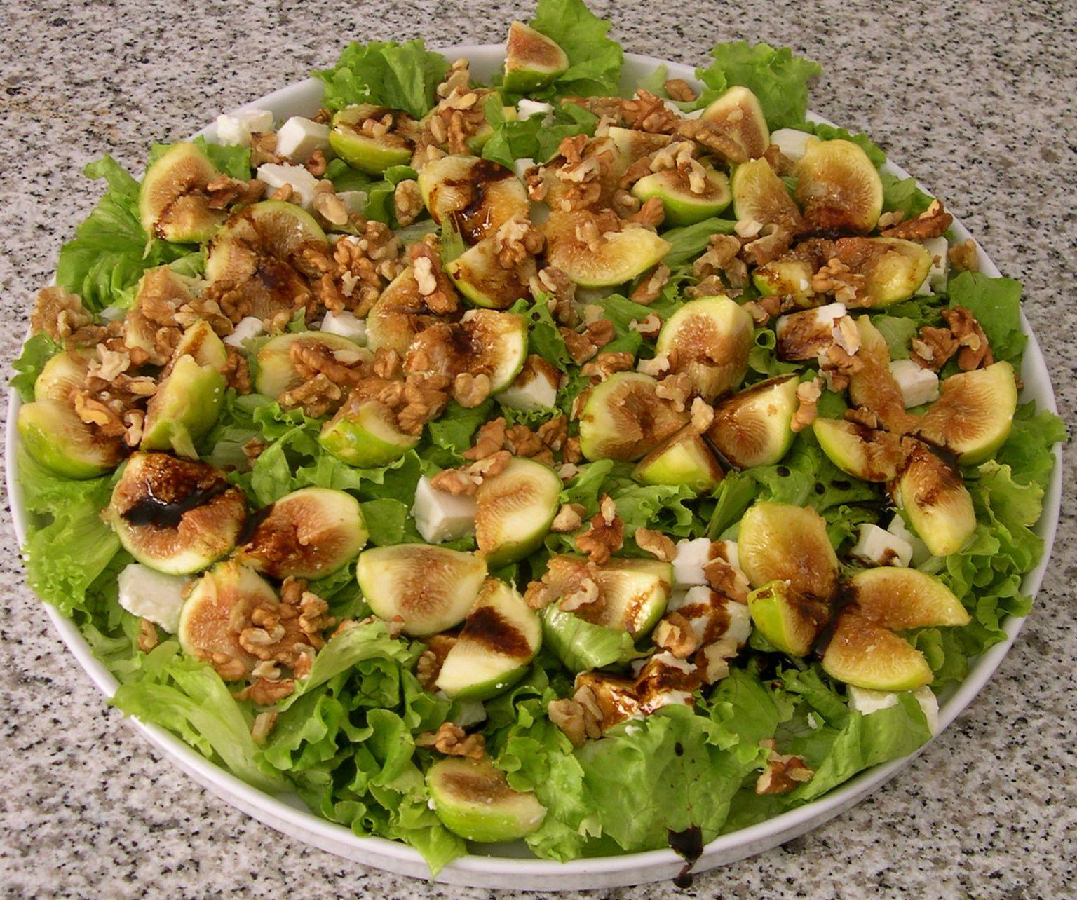 Ensalada de otoño con lechuga, queso, nueces e higos