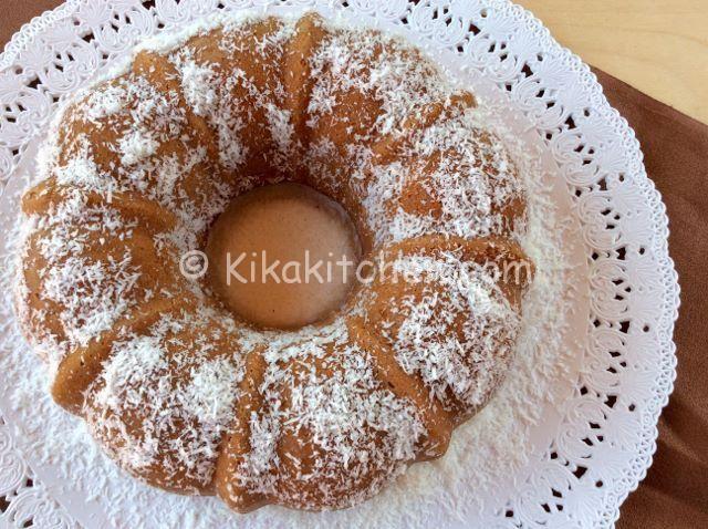 La ciambella al cocco è un dolce soffice e morbido aromatizzato con farina di cocco. Semplice e veloce da preparare, ideale per la colazione