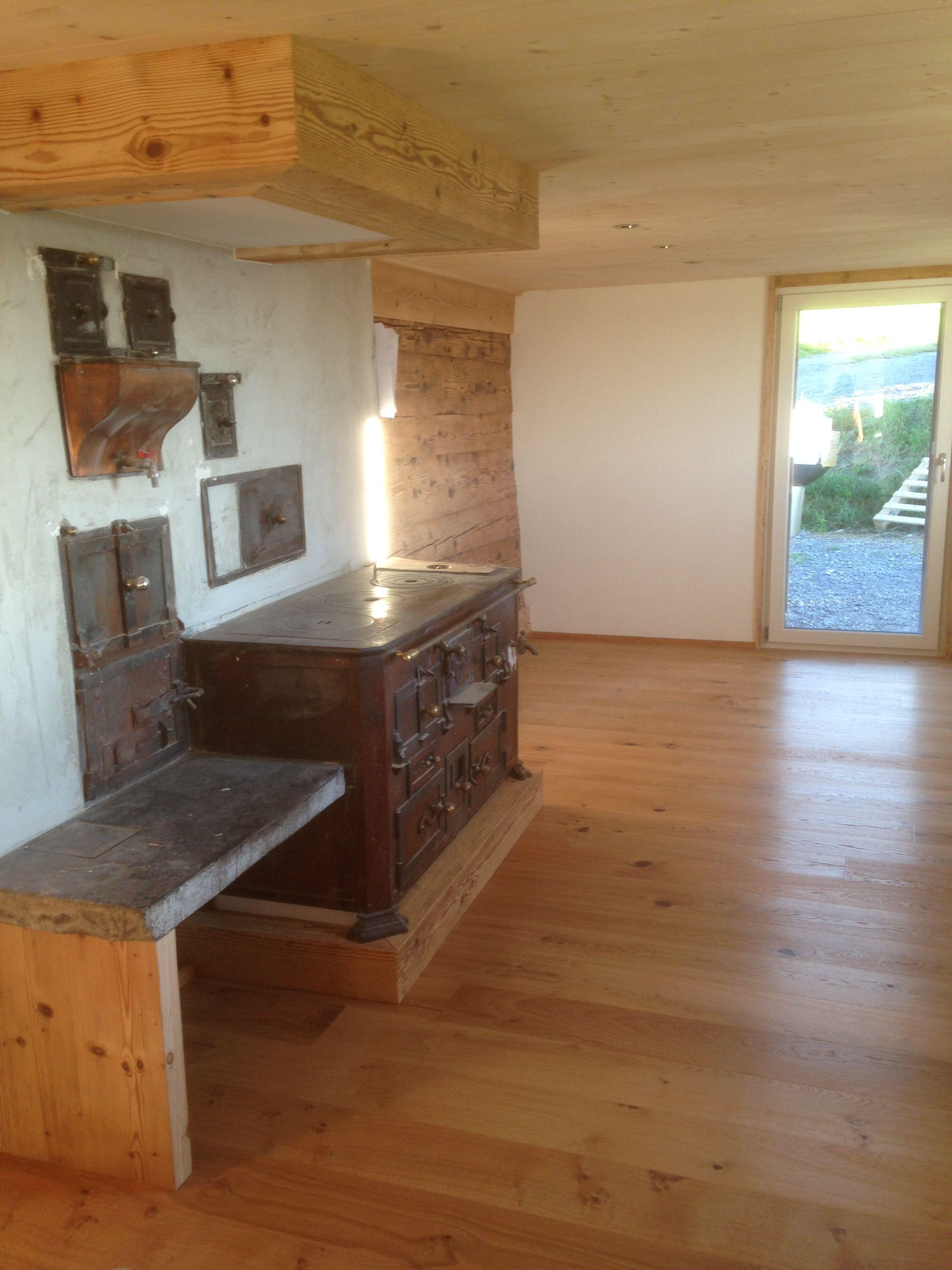 Alter Ofen in modernen Umbau integriert. #Altholz