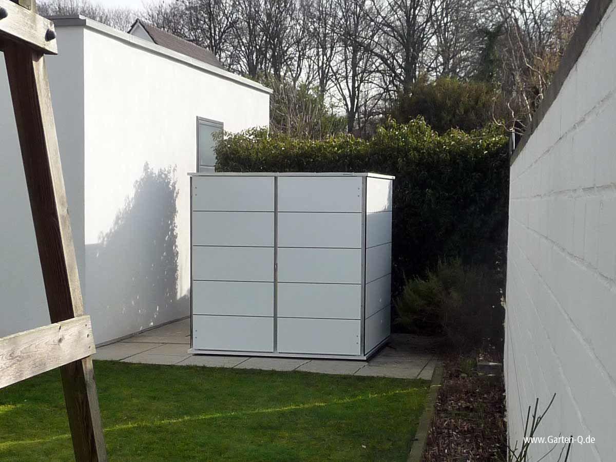 Das Kleine Gartenhaus In Weiss Verstaut Mehr Das Jedes Grosse Gartenhaus Gartengestaltung Gartenhaus Garten