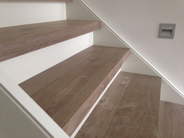 Trap versleten houten vloerdelen op de trap martijn de for Stootborden trap maken