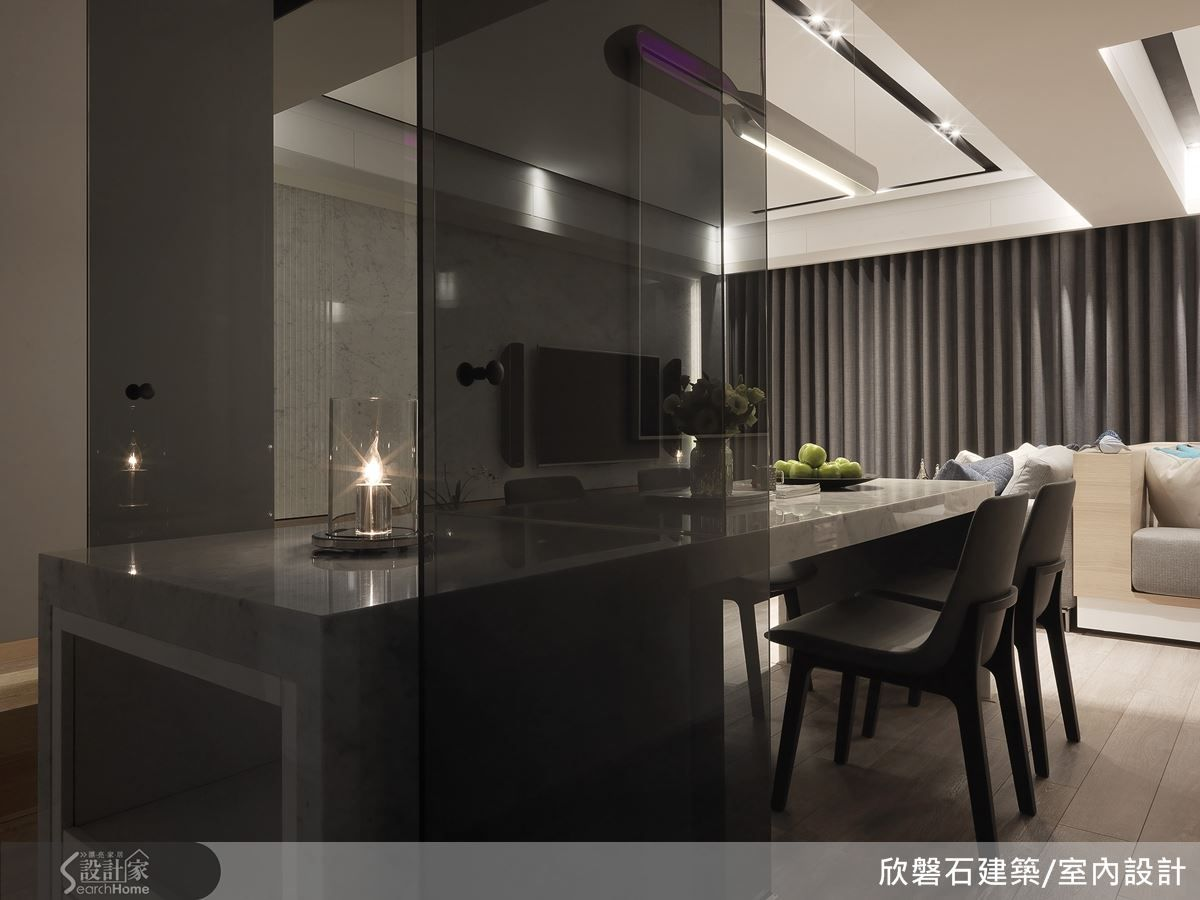 Kitchen Glass Table Mosaic Floor Tiles 廚房以透明灰玻璃打造隔間牆與雙入口的門片 餐桌則穿過灰玻隔間進入廚房 化為備餐檯