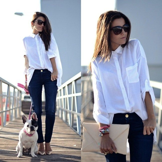 Una Mujer Con Camisa Blanca Y Pantalones De Mezclilla Con