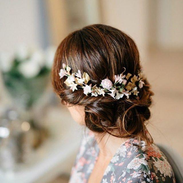 Preciosa es poco, o no?   @tocadosletouquet | fotón de @volvoretabodas | #hair #hairdo #hairstyle #details #tocadosketouquet #flowers #bride #bridal #thebride #madeinspain #loveit #hairdetails #crown #gorgeous #inspiration #buganviliaevents