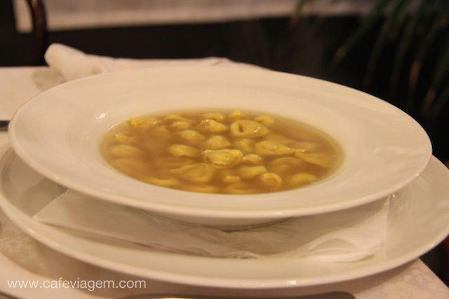 """Tortellini in brodo (em português, nossa sopa de capeletti!) - """"Ristorante Donatello, um templo gourmet e centenário em Bologna"""" by @Alexandra Aranovich"""