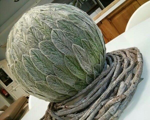 Handmade Creation.  Sfere decorative ricoperte da morbide foglie di Stacys stabilizzate con ghirlanda in legno intrecciata.