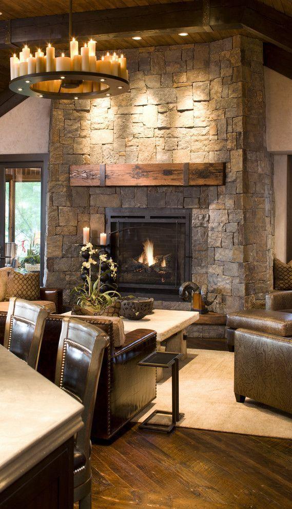 Pareti di pietra per interni di design saloni rustici for Arredamento soggiorno con camino