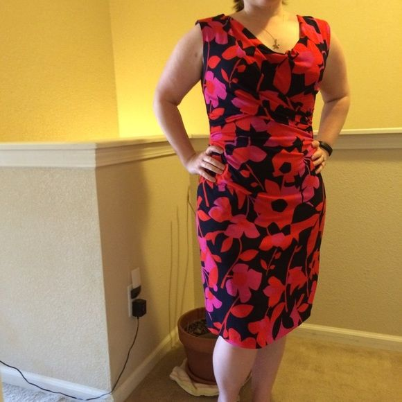 """SALE!  Vince Camuto Dress Very flattering dress from Vince Camuto. Great for day or night! Measures (front): waist 15"""", 18"""", length 25"""" from waist. Size Small but has some stretch. Colors are navy, red and pink. Vince Camuto Dresses Midi"""