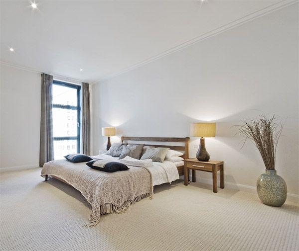 Dormitorio de estilo moderno iluminado con focos empotrados en el techo m s las dos l mparas de - Focos para dormitorios ...