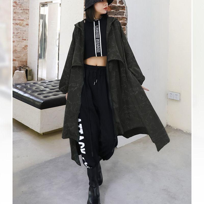 Dressyなファッション・モード・ゴスロリのお店 LADIES FASHION SEASONZです✡️   パーカーとコートをドッキングさせたようなオーバーサイズのアウターです。 ゆったりしたミドル丈に前後の着丈が異なるヘム丈のアウターコート。マットなブラックにストリート感いっぱいなアーミーグリーンの2カラー。シャツにさらっと羽織ってDressyな着こなしが楽しめます。ストリート系の病み可愛さにモード系のキレカジデザインの異形アウター。 ◆サイズ(cm) フリーサイズ 着丈95〜105 胸囲142 袖丈69 ウエスト158  参考モデル 身長166cm 体重52kg