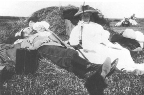 I love this shot. On holiday in Finland......Tsar Nicholas II, Empress Alexandra, and Grand Duchesses Anastasia (farthest left) and Marie. I wonder who snapped the picture?