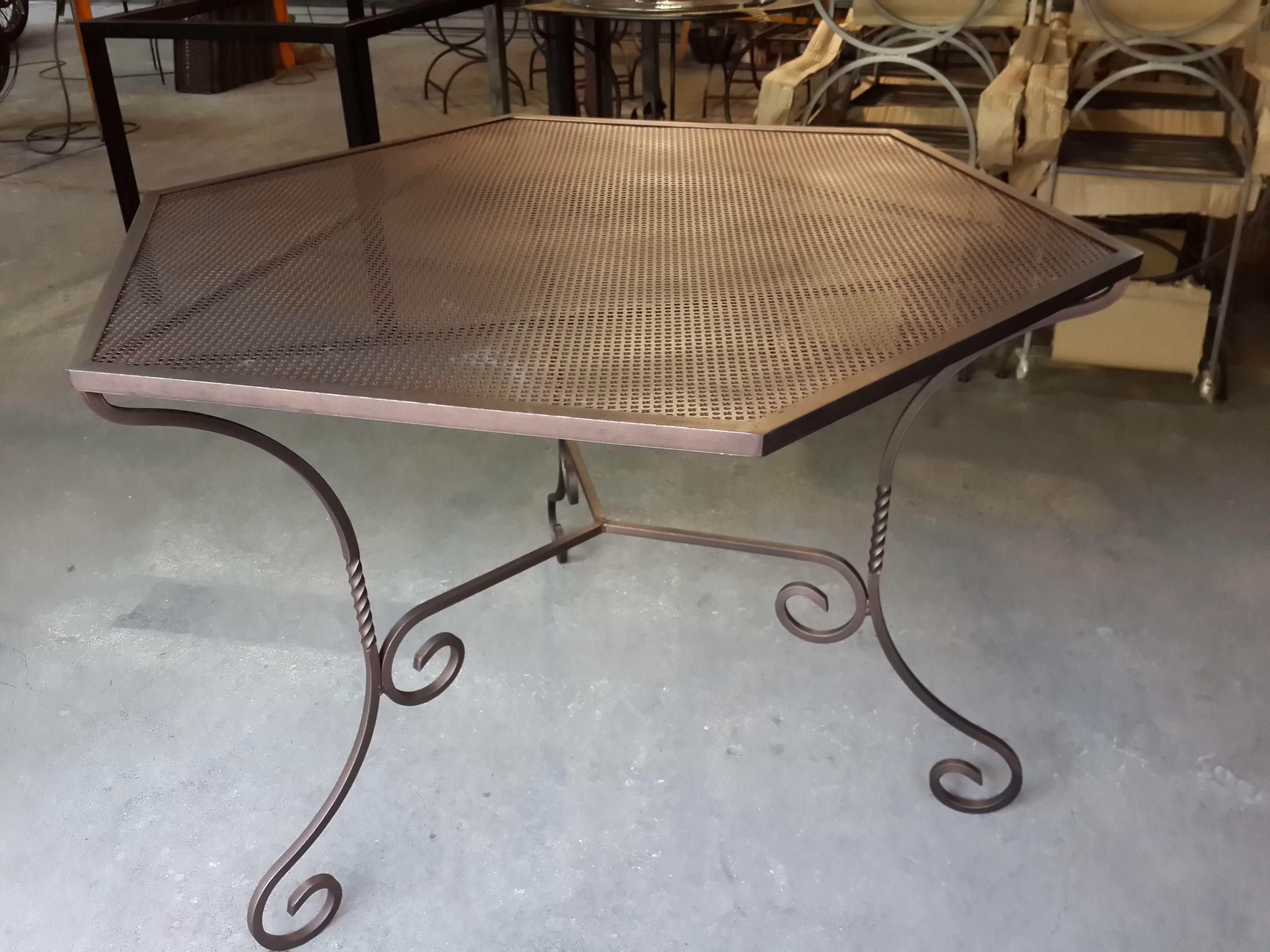 Mesa hexagonal de hierro forjado y chapa perforada - Mesa de hierro ...