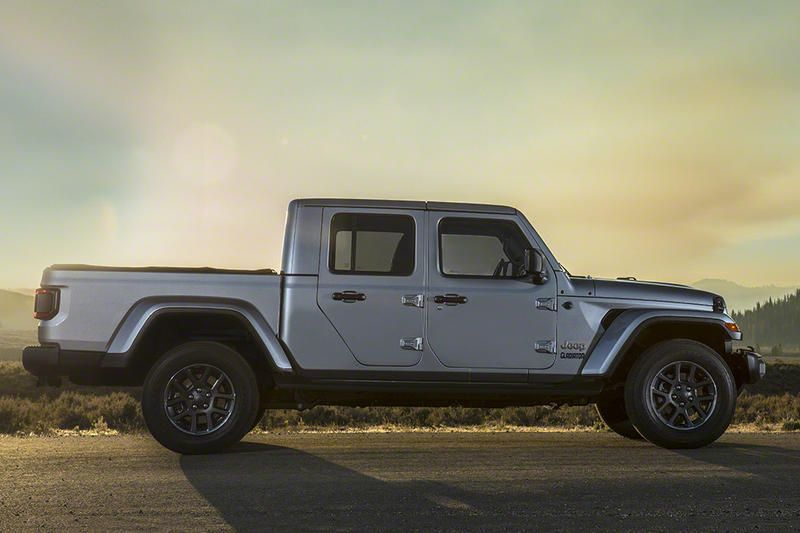 Jeep Debuts First Pickup Truck In Nearly Three Decades The Gladiator Jeep Gladiator Jeep Gladiator