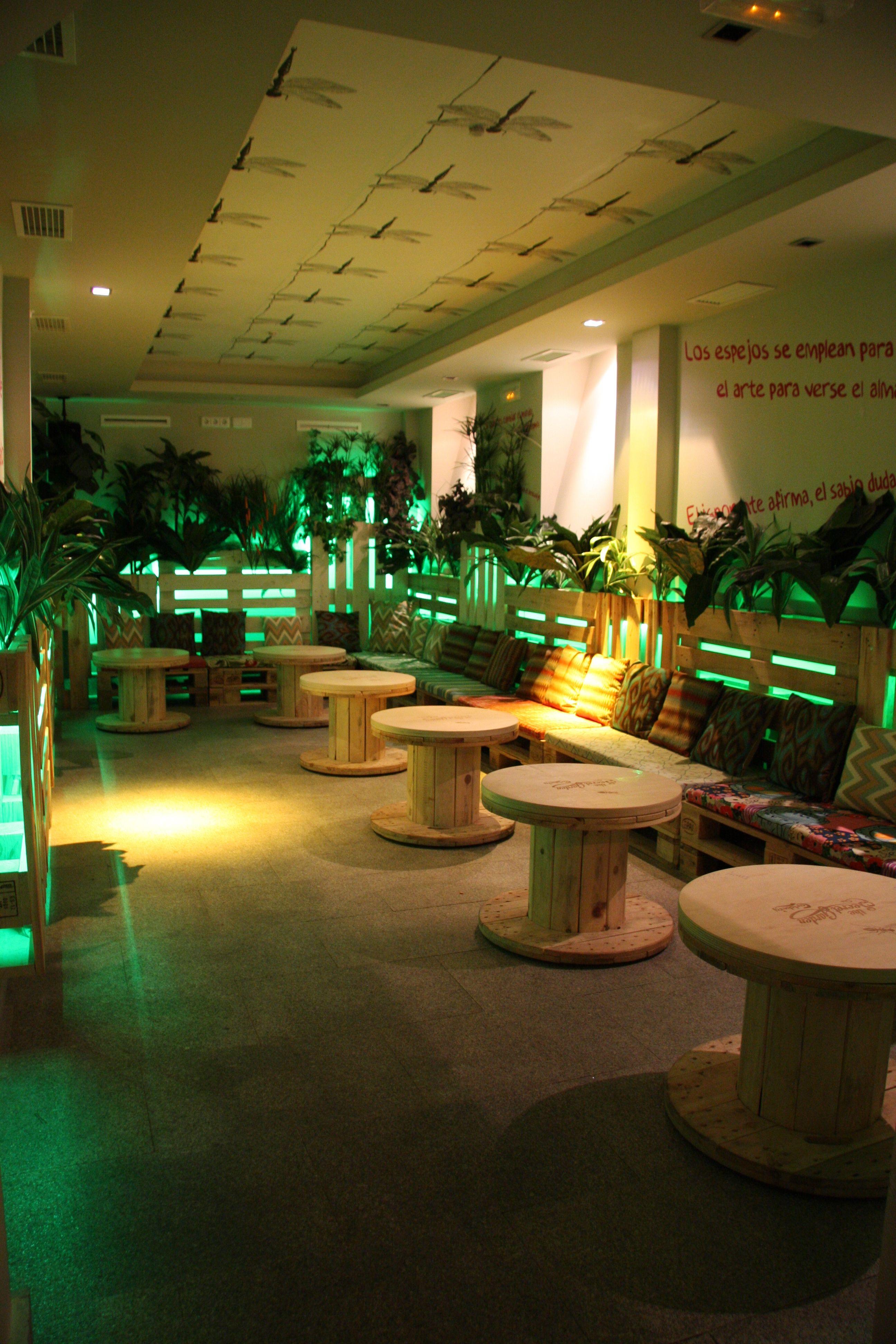 Bobinas de cable de madera recicladas sirven de mesa en la - Decoracion de pub ...