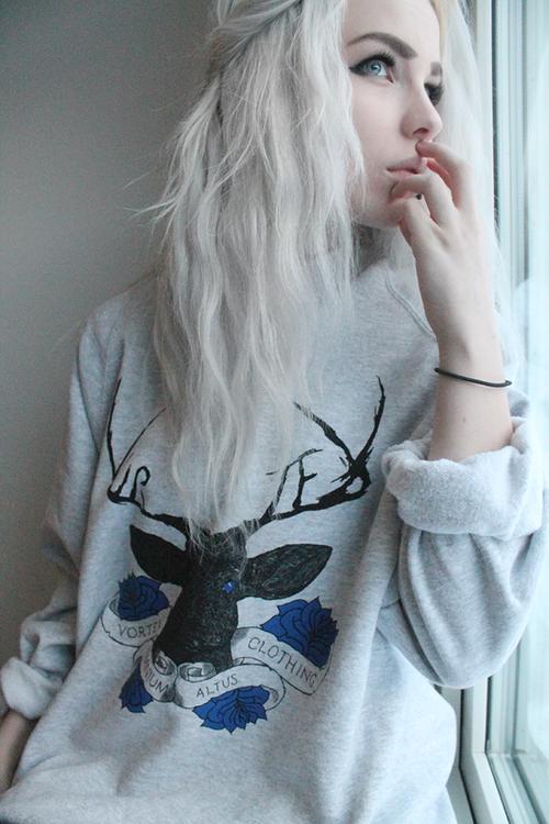 El pelo blanco ya de por si es AWESOME, pero que te quede así de dioso ES UN NIVEL DE AWESOME IMPRESIONANTE.