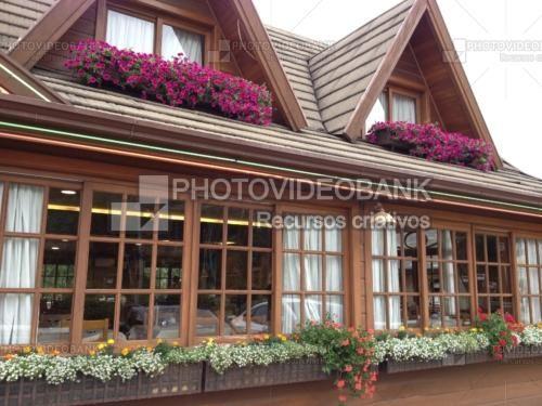 Janelas italianas chalé | PHOTOVIDEOBANK chalé estilo italiano janela com madeira e vidro cortinas brancas longas duplo dois andares jardineiras floreiras para janela.