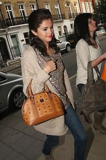 Selena Gomez trägt stolz ihre MCM | Taschen, Aktentaschen