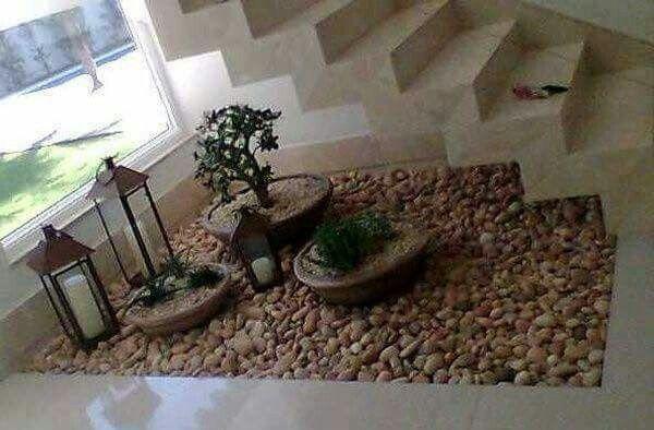 Decoraci n escalera dise o interior home decor for Jardin interior bajo escalera
