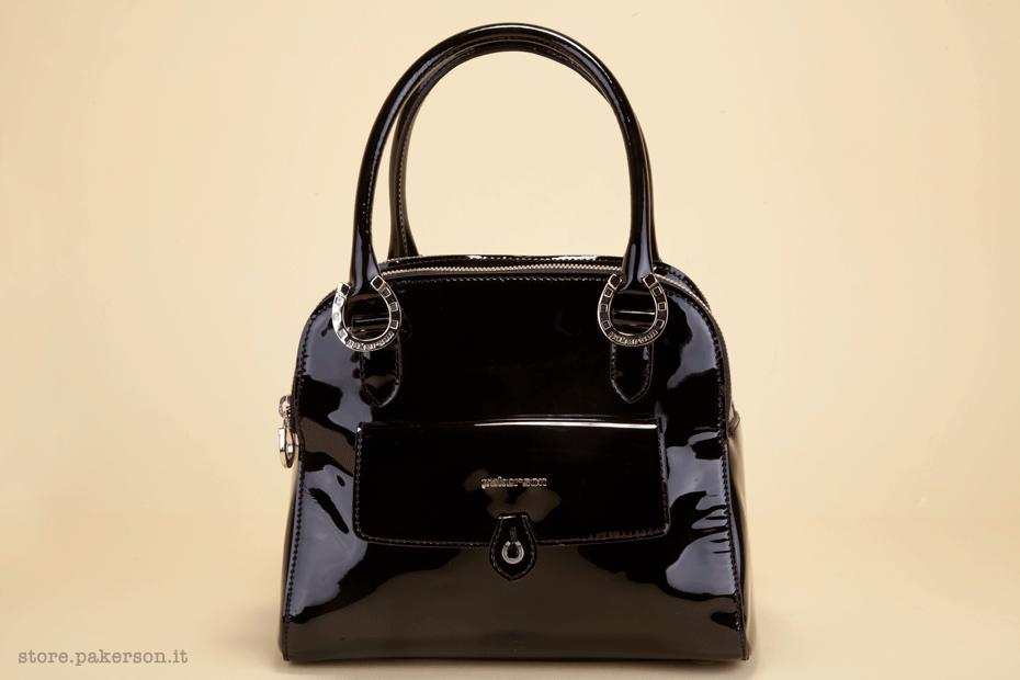 Black patent leather bag, with comfortable shoulder strap and soft, reinforced handles. - Borsa in vernice nera, dotata di comoda tracolla e di manici morbidi e rinforzati.