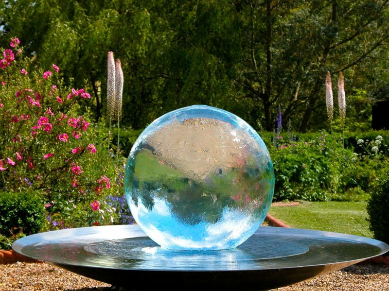 Skulpturen Im Garten 38 Ideen Fur Die Kugel Als Akzent In 2020 Brunnen Garten Aussenbrunnen Moderne Landschaftsgestaltung