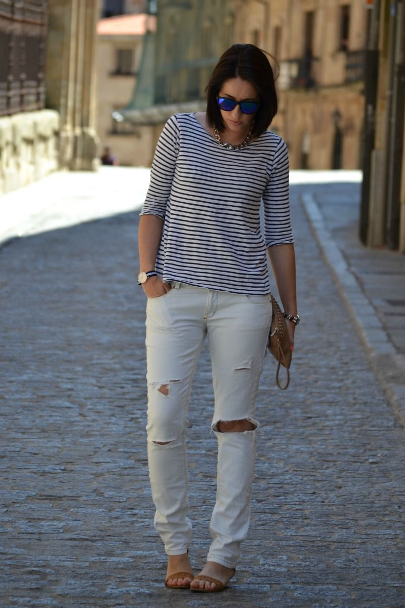 Photo of Un look casual con pantalones rotos y camiseta navy