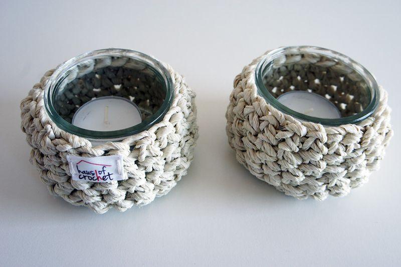 2 gehäkelte Teelichter aus beigem Paketband