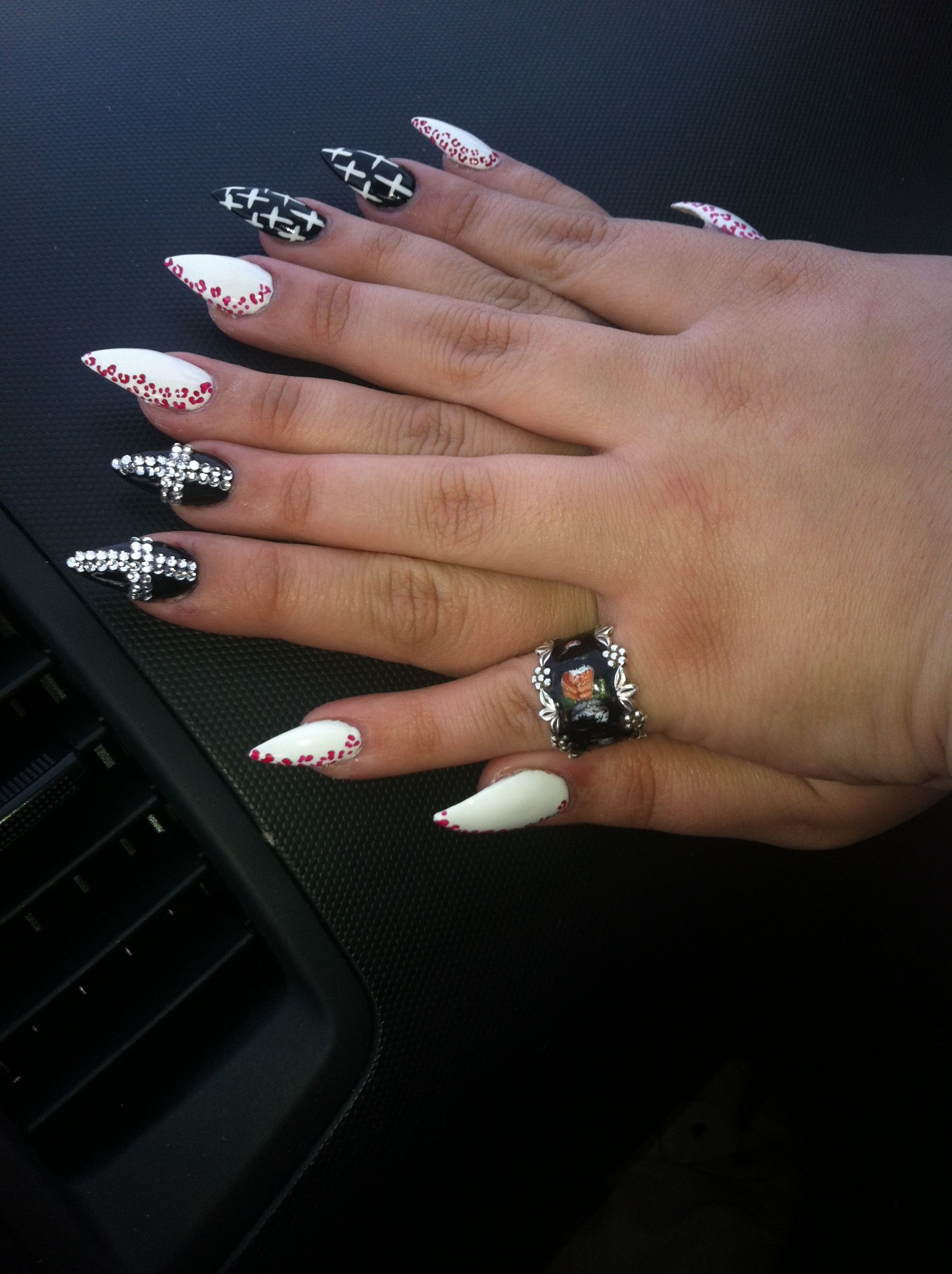 i hate pointed nails but lovee these