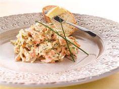 Tämä salaatti valmistuu helposti suikaloimalla kaalin ja raastamalla porkkanat ja kurkun. Tuorejuustosta saa salaatille mehevän kastikkeen.