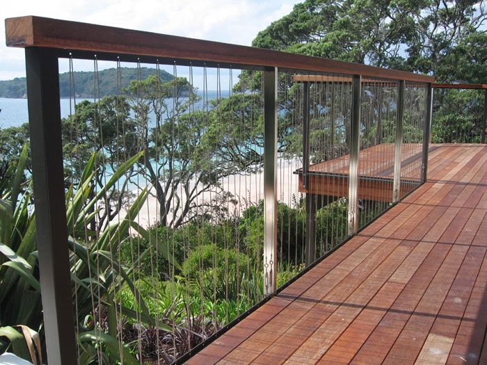 Stainless steel balustrades with wire rigging the deck for Balustrade piscine