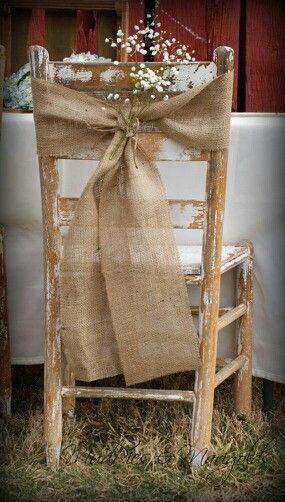 mariage simple et joli un noeud avec du lin sur une chaise en bois