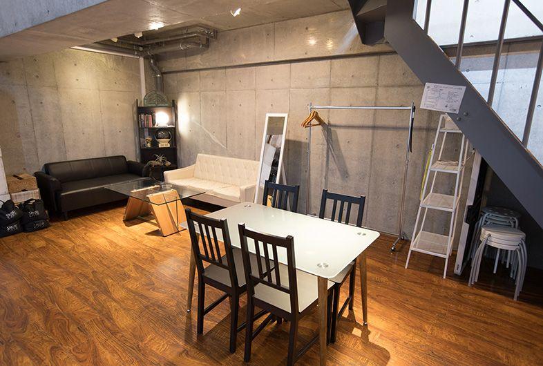 Studio Showcase C Rohori 恵比寿 目黒の両駅からアクセス可能な撮影スタジオ 天井高最大5 5mの 開放的な白ホリのスタジオです コンクリート壁を背景とした撮影も可能 3名掛けのゆったりとしたソファーブースは ご休憩の際にお使いください メイクルームも用