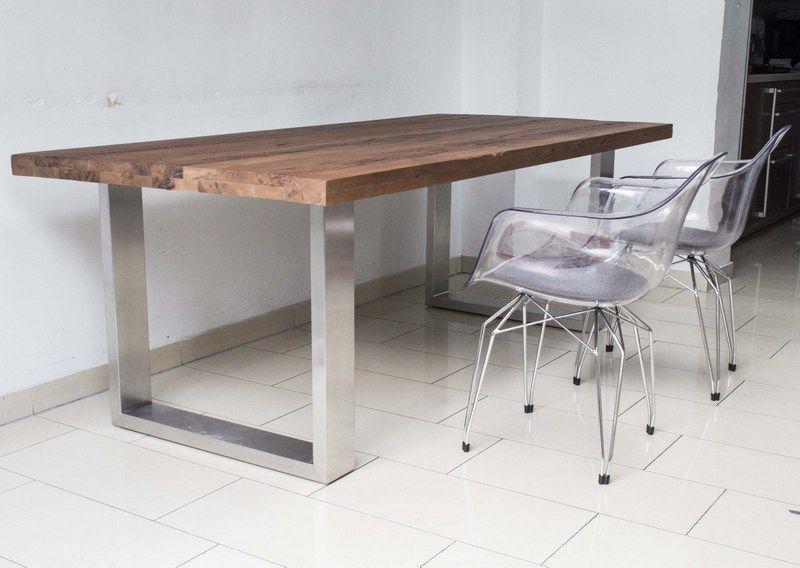 Tisch mit eine Tischplatte aus Eiche.