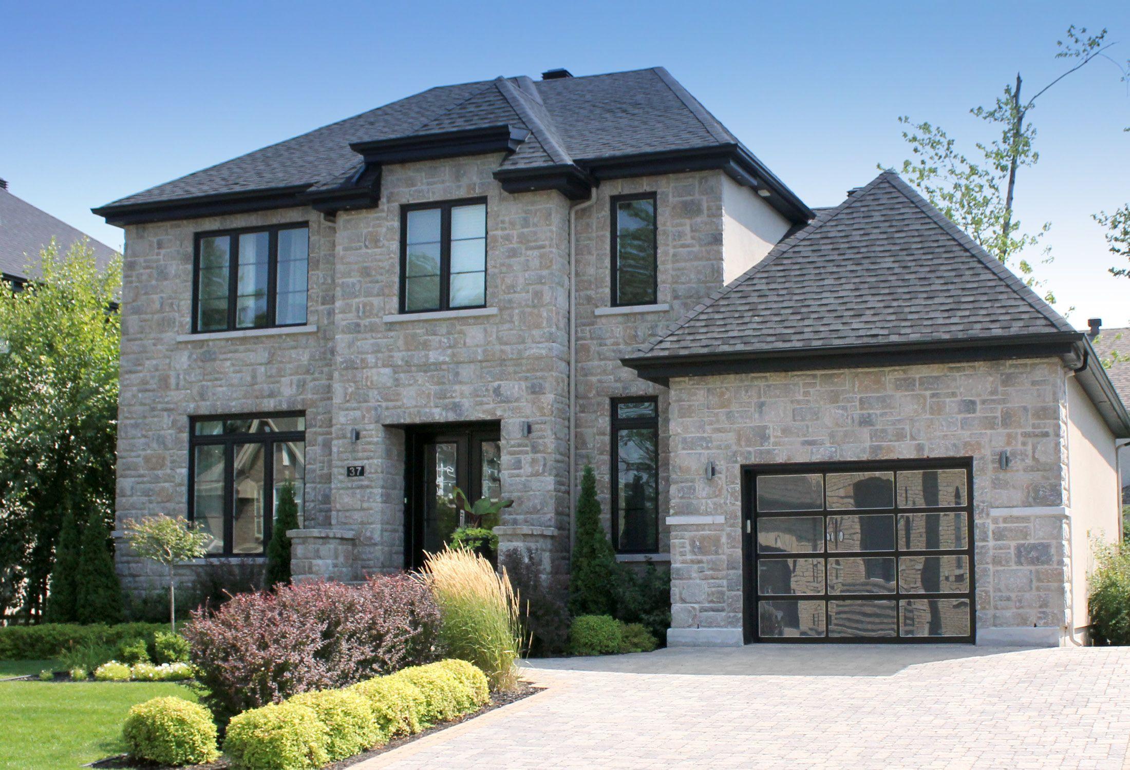 Portes de garage moderne avec vitre, parfait pour de nouvelles constructions / A modern garage door that is perfect for new projects !