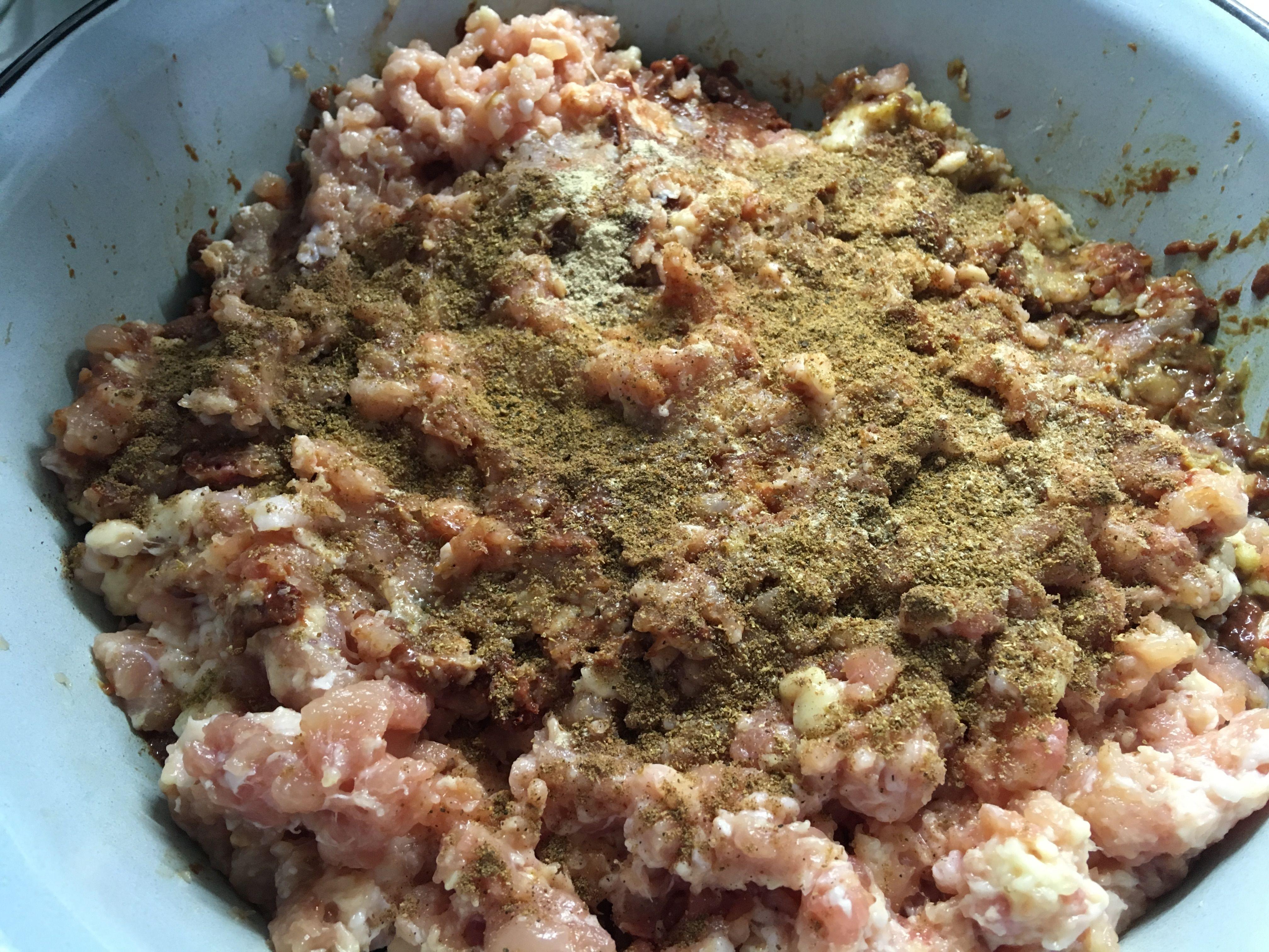 Фарш печеночных колбасок со специями