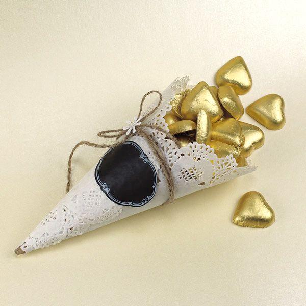 Ekokartion koristeena on kakkupaperi, liitutaulutarra ja ekonarua. Kartioon voisi merkitä vaikka pöytänumeron. Tarvikkeet ja ideat Sinellistä!