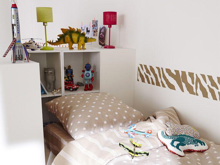 une chambre cosy avec une t te de lit version rangement. Black Bedroom Furniture Sets. Home Design Ideas