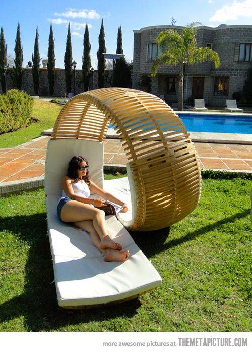 queria uma cadeira assim.. na verdade, a cadeira, a piscina, a casa e aquelas árvores maravilhosas!!