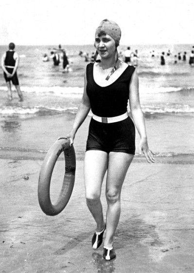 3461c7a25ab3 Mais c est après la seconde guerre mondiale et l essor des congés payés que  la mode évolue vers le maillot de bain ...