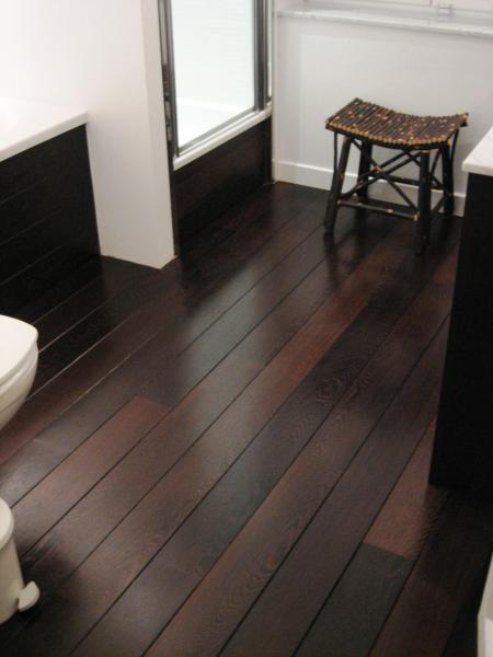 Un parquet dans la salle de bains c 39 est possible for Salle de bain sol teck