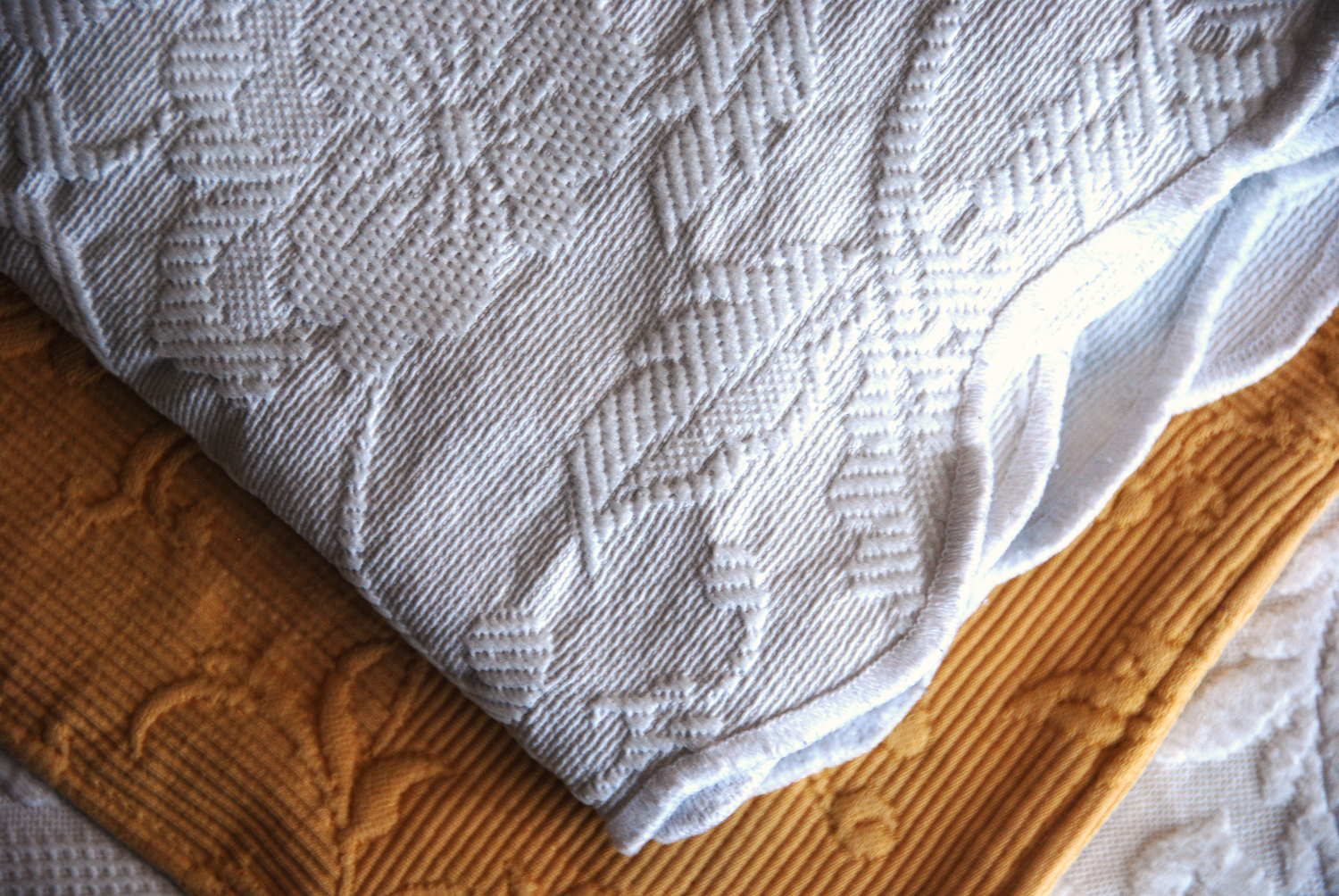 Matelasse Coverlet White Scalloped Edge Twin 76 X 94 Coverlets Vintage Linens Scallop