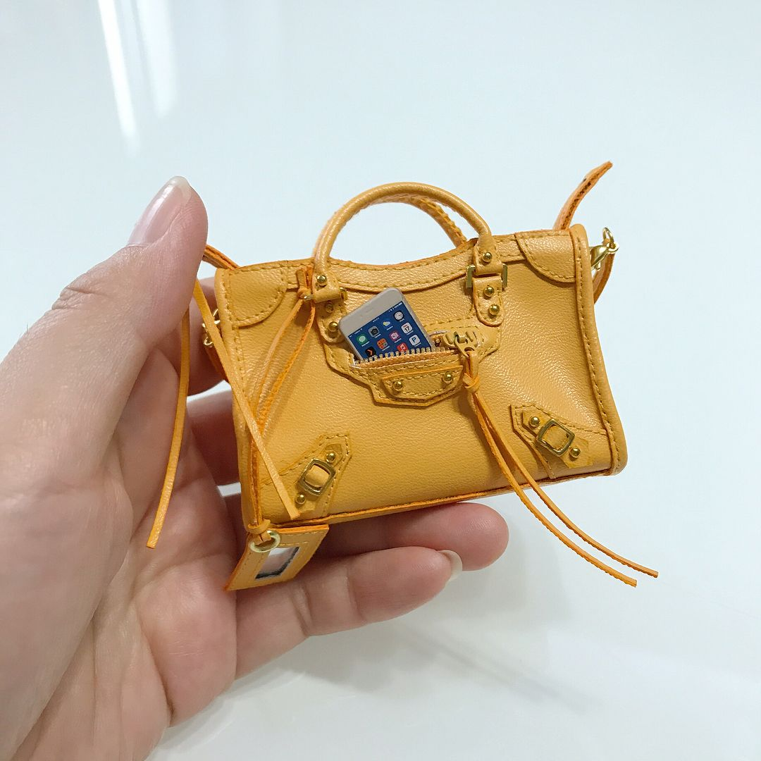 "329 Likes, 11 Comments - Dias (@diaskang) on Instagram: ""Real front pocket, aha~ #handmadebag #fashionroyalty #integritytoys #poppyparker #momokodoll…"" #miniaturehandbag #miniaturebag"