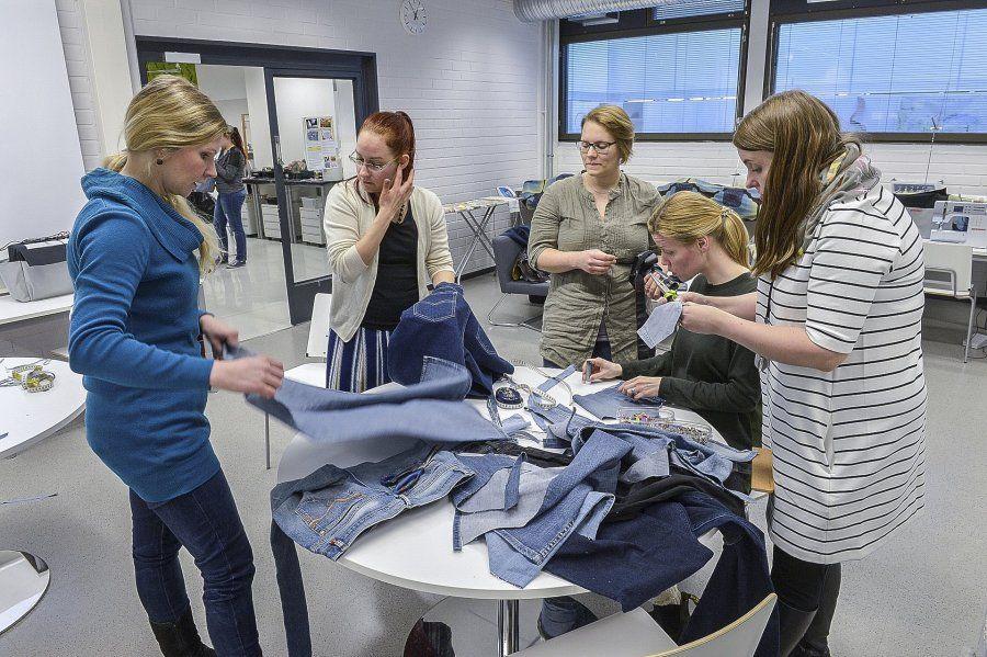 Kollektiivin jäseniä, käsityökasvatuksen opiskelijoita ja yliopisto-opettaja Satu Grönman farkkupajassa Vaali vaatteitasi   Länsi-Suomi