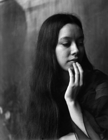 Aiko, Imogen Cunningham, 1971 Its great the way the women doesn't see that the camera is there and see is acting calm about it. that show her natural beauty in the photo and that what people like about this photo.