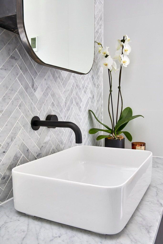 Scandinavische badkamer inspiratie met zwarte inbouwkraan en waskom #badkamerinspiratie