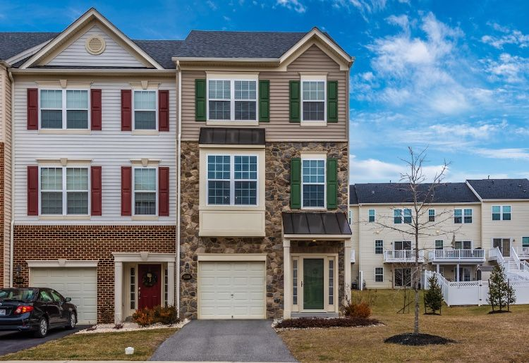 Leslee Barbato Of Long Foster Real Estate Just Listed 6388 Betty Linton Lane Frederick Md 21703 Wow Pride Of Own Custom Built Ins Bay Window Custom Closets