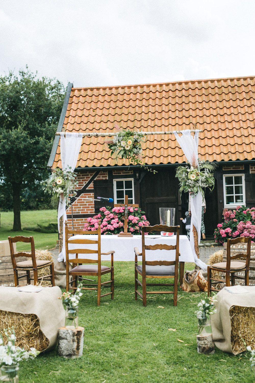 Die Bauernhof Hochzeit von Antje und Michi  eine Trauung unter freiem Himmel  Hochzeitsdeko in