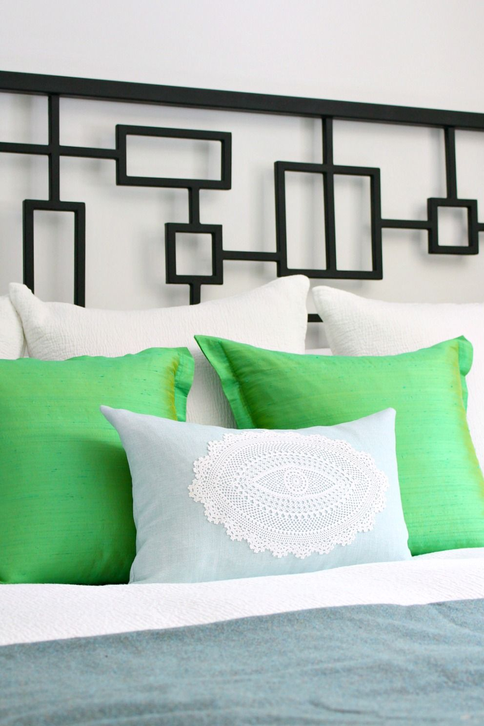 DIY Doily Pillow // Modern ideas for vintage doilies // how to sew a pillow #doily #crocheted #boho