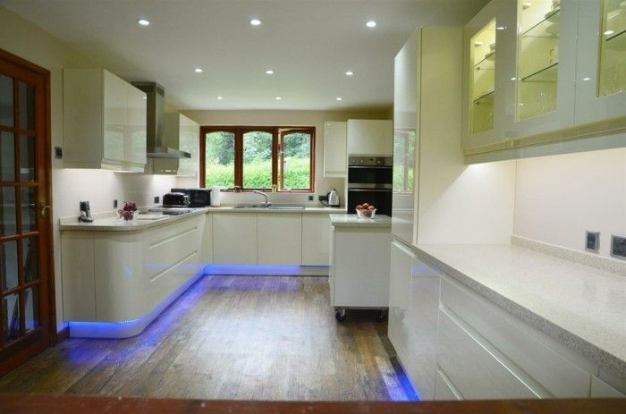 led lichtleiste küche beleuchten weiße küchenschränke blaues licht ...